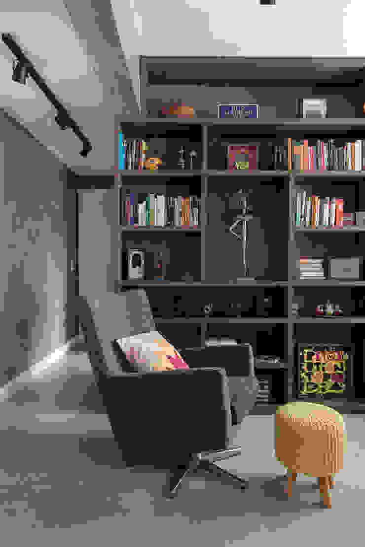 Espaço da leitura Escritórios rústicos por Rabisco Arquitetura Rústico Madeira Efeito de madeira
