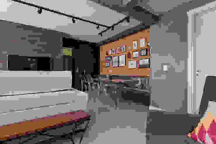 Trilho de spots Salas de jantar rústicas por Rabisco Arquitetura Rústico Tijolo