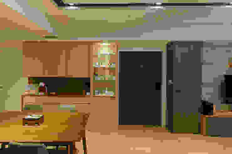 餐櫃及儲藏櫃 根據 致室內設計個人工作室