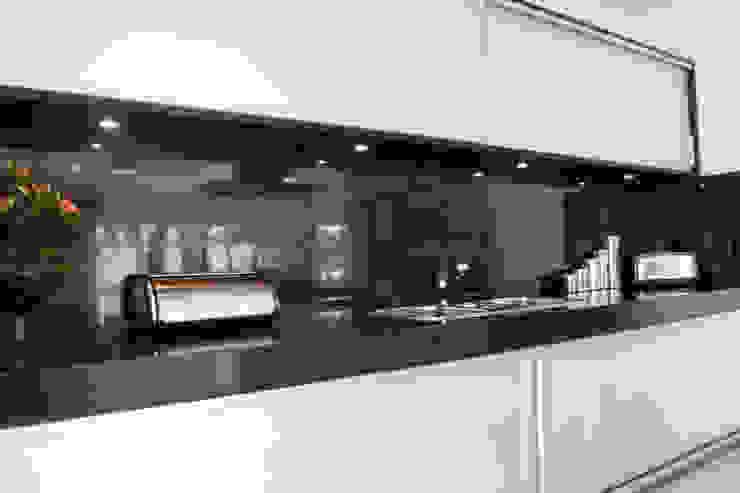 Cozinha para apartamento Oficina de Móveis Beraldo Armários e bancadas de cozinha Metalizado/Prateado