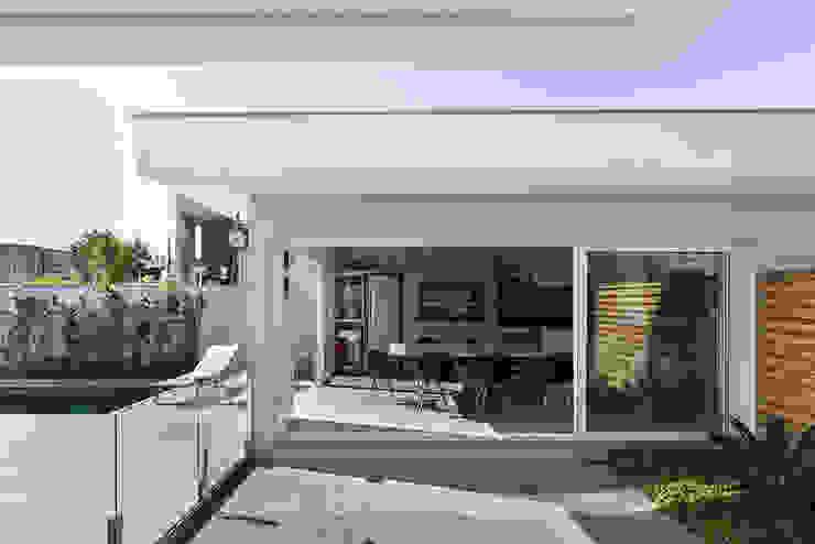 Acesso para a Edícula Rabisco Arquitetura Garagens e edículas modernas Vidro Transparente