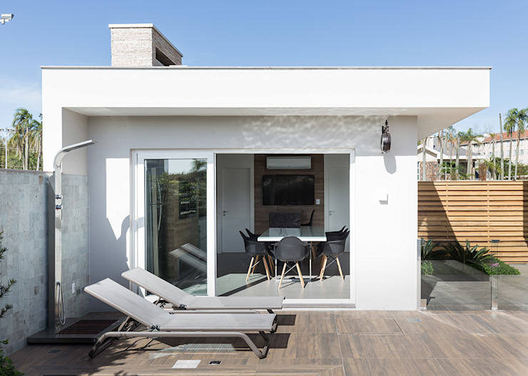 Integração da Piscina com a Edícula Rabisco Arquitetura Garagens e edículas modernas Branco