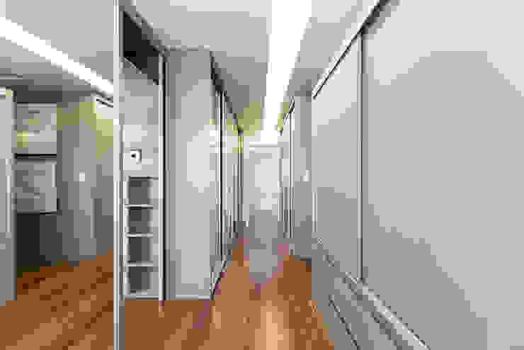 Iluminação linear Closets por Rabisco Arquitetura Moderno MDF
