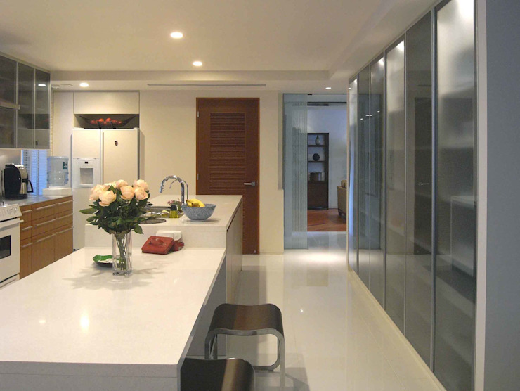 HIROO FLAT 裏手の広大な森を借景とした住まい モダンな キッチン の JWA,Jun Watanabe & Associates モダン