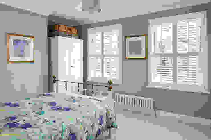 Full Height Shutters in the Bedroom Plantation Shutters Ltd Dormitorios de estilo moderno Madera Blanco