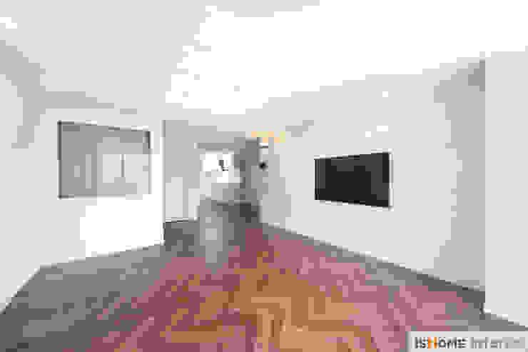 화이트 우드 인테리어의 새로운 시선 32평 부천아파트 스칸디나비아 거실 by 이즈홈 북유럽