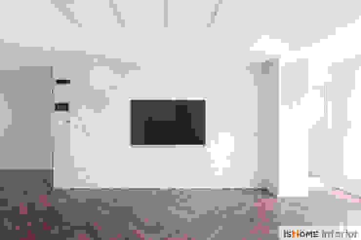 화이트 우드 인테리어의 새로운 시선 32평 부천아파트 모던스타일 거실 by 이즈홈 모던