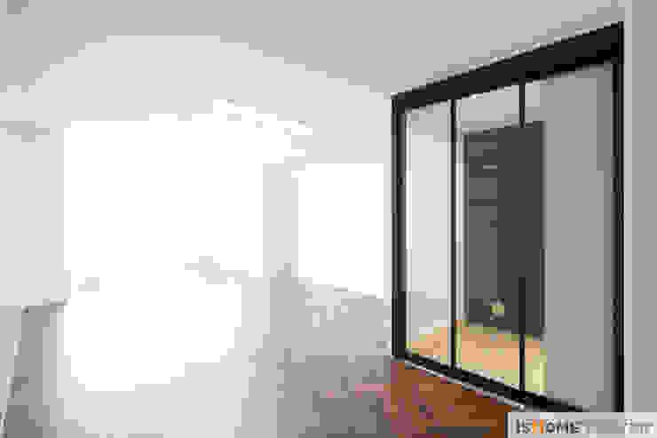 화이트 우드 인테리어의 새로운 시선 32평 부천아파트 미니멀리스트 거실 by 이즈홈 미니멀