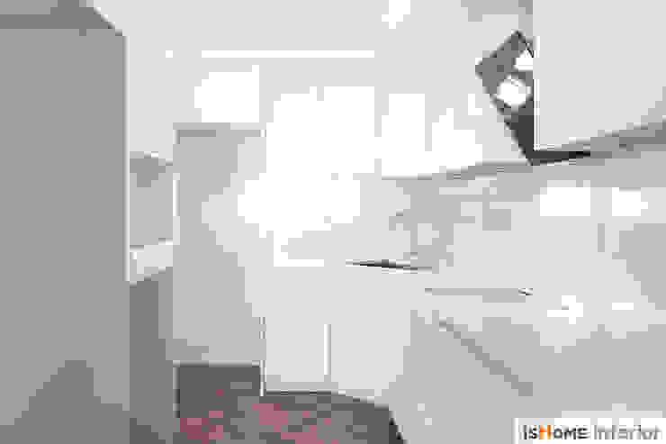 화이트 우드 인테리어의 새로운 시선 32평 부천아파트 미니멀리스트 주방 by 이즈홈 미니멀
