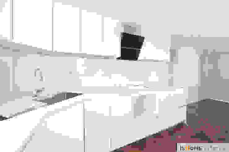 화이트 우드 인테리어의 새로운 시선 32평 부천아파트 모던스타일 주방 by 이즈홈 모던