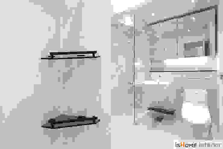 화이트 우드 인테리어의 새로운 시선 32평 부천아파트 미니멀리스트 욕실 by 이즈홈 미니멀