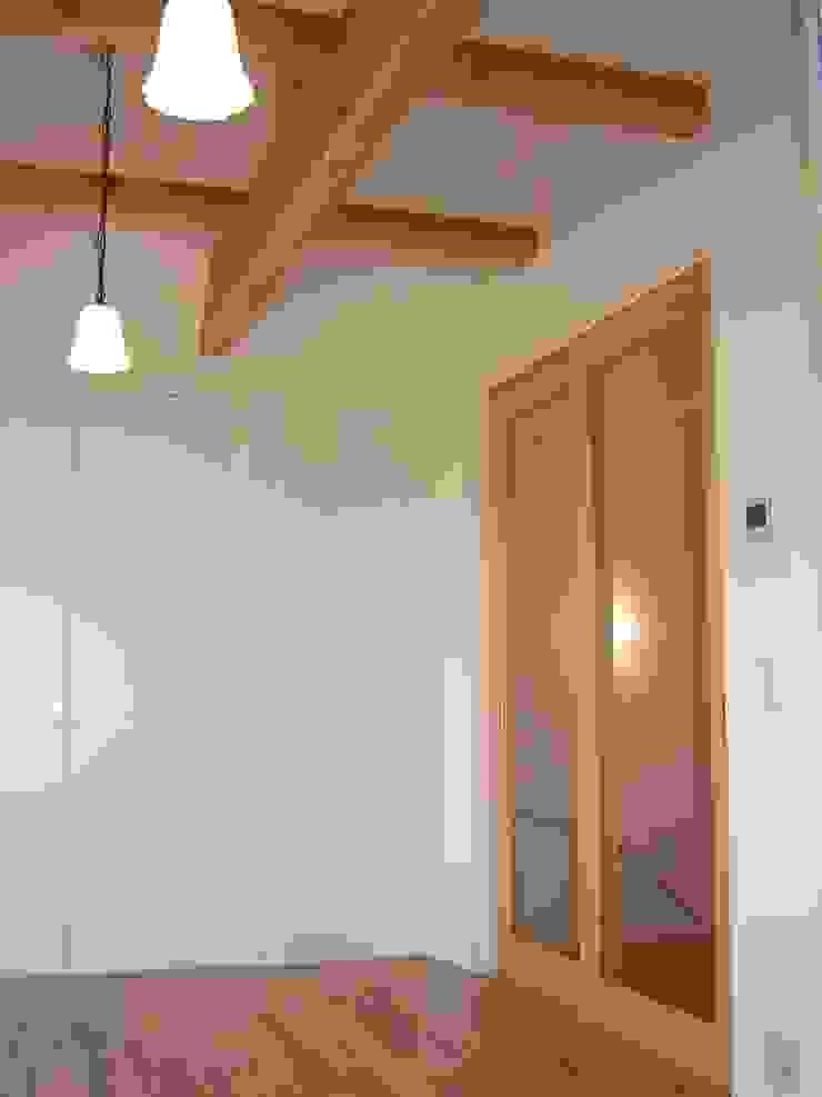 One On One 小さな住宅 ミニマルスタイルの 寝室 の アース・アーキテクツ一級建築士事務所 ミニマル 無垢材 多色