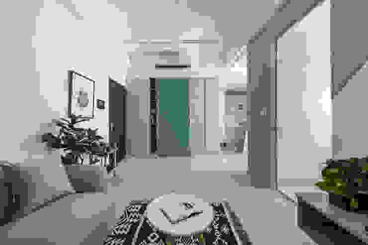 八號屋 斯堪的納維亞風格的走廊,走廊和樓梯 根據 寓子設計 北歐風