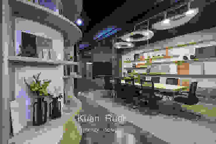 Office buildings by 台中室內設計-寬叡- 空間設計.工程,