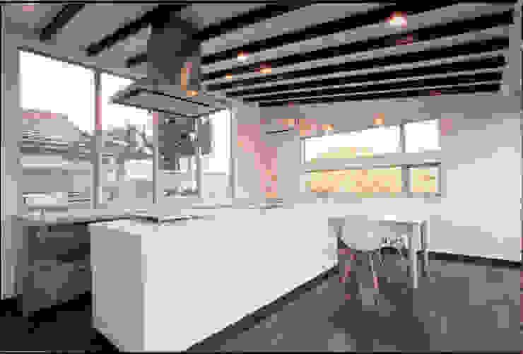 湘南の海を眺望し、本格的なオーディオルームを楽しむ モダンな キッチン の 豊田空間デザイン室 一級建築士事務所 モダン