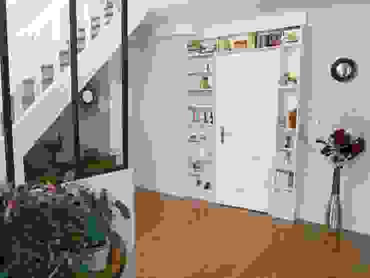 Restructuration d'une entrée GRAM Architecture & Design Couloir, entrée, escaliers industriels Blanc