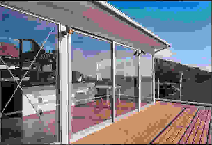 湘南の海を眺望し、本格的なオーディオルームを楽しむ モダンデザインの テラス の 豊田空間デザイン室 一級建築士事務所 モダン