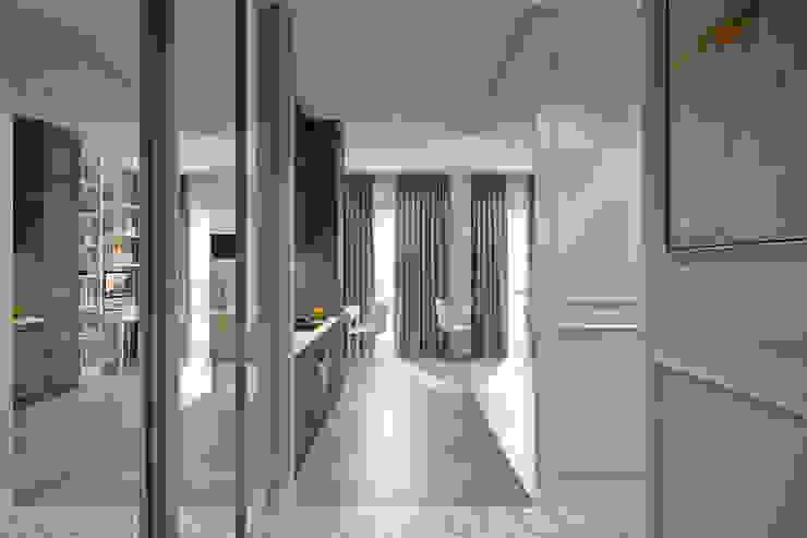 Студия архитектуры и дизайна Дарьи Ельниковой Eclectic corridor, hallway & stairs