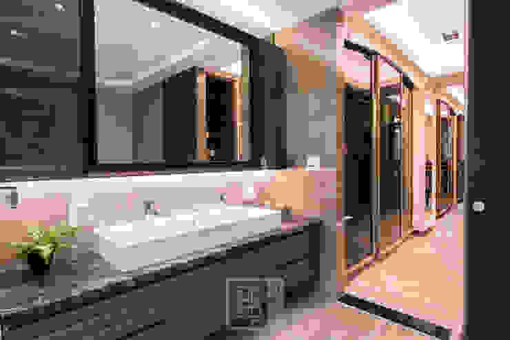 Salle de bain classique par 沐築空間設計 Classique
