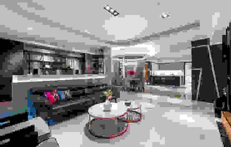 餐廳為向心圓的設計.匯集了各個空間 现代客厅設計點子、靈感 & 圖片 根據 沐築空間設計 現代風
