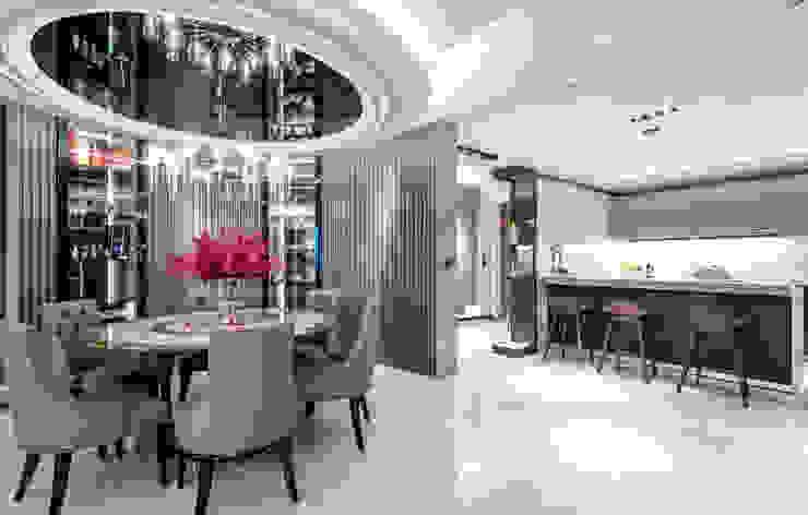 餐廳另一向,入口玄關轉折處為開放式廚房 根據 沐築空間設計 現代風