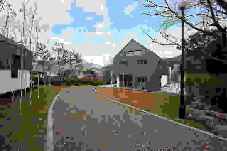 Jardines de estilo moderno de 위즈스케일디자인 Moderno
