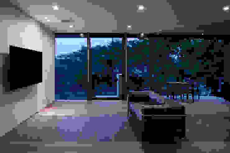 Ruang Keluarga Gaya Asia Oleh atelier137 ARCHITECTURAL DESIGN OFFICE Asia Kaca
