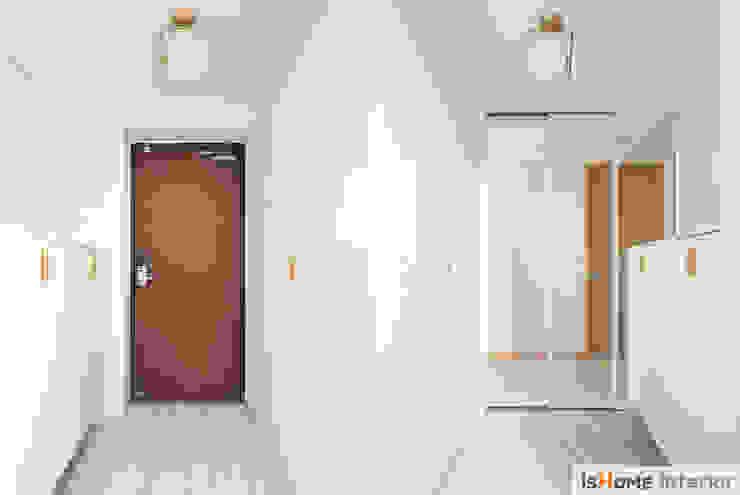이즈홈 Pasillos, vestíbulos y escaleras de estilo minimalista