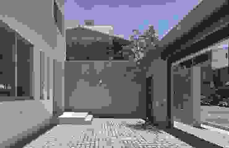 良悅建築 Balcones y terrazas modernos