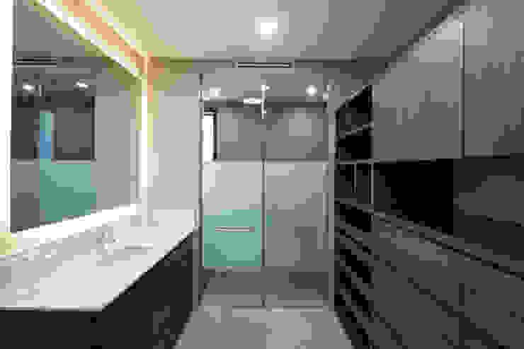 Baño/vestidor rec. secundaria Vestidores modernos de VOA Arquitectos Moderno Madera Acabado en madera