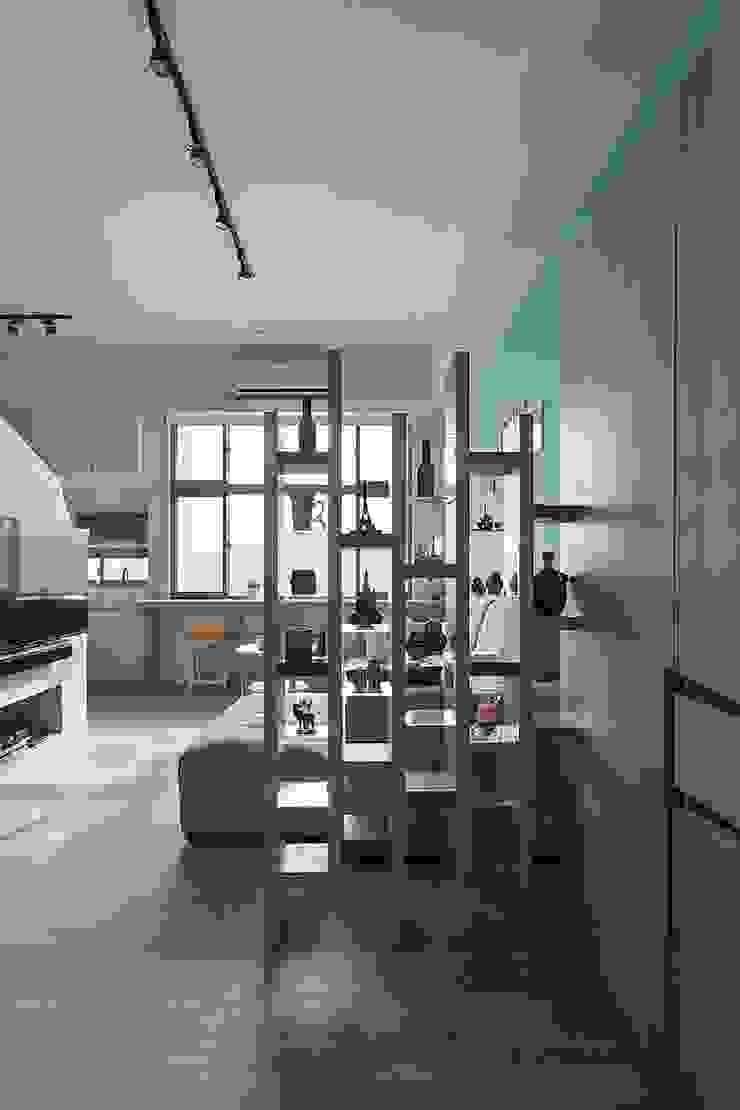 挹注日光 徜徉蔚藍清新小公寓 斯堪的納維亞風格的走廊,走廊和樓梯 根據 禾光室內裝修設計 ─ Her Guang Design 北歐風