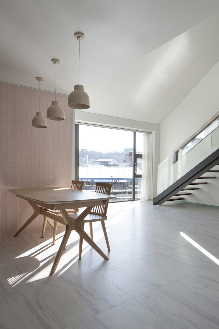 Modern dining room by 'Snow AIDe Modern
