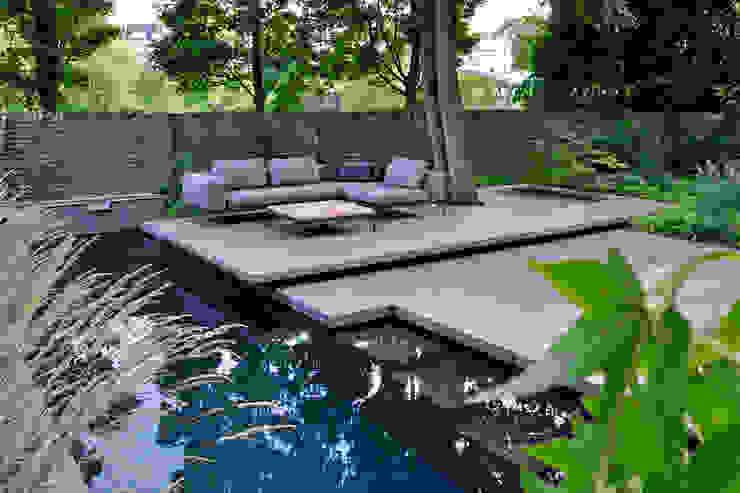 Swimming Pool mit schwebendem Sitzplatz vor einer historischen Gartenmauer unter einem Großbaum Terramanus Landschaftsarchitektur Moderner Garten