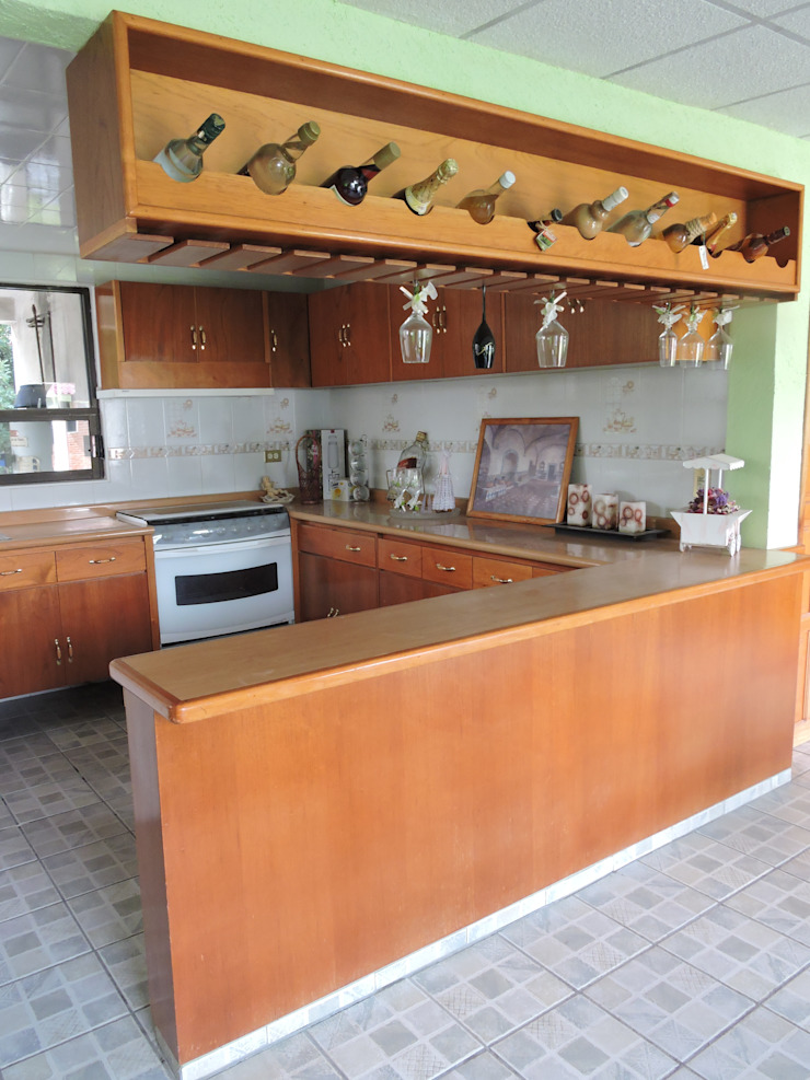 Barra, Cantina y Puertas de cocina en madera. by La Casa ...