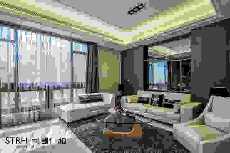 Гостиная в классическом стиле от 司創仁和匯鉅設計有限公司 Классический