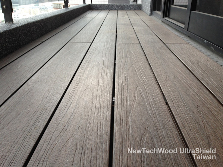 Minimalistyczny balkon, taras i weranda od 新綠境實業有限公司 Minimalistyczny Kompozyt drewna i tworzywa sztucznego