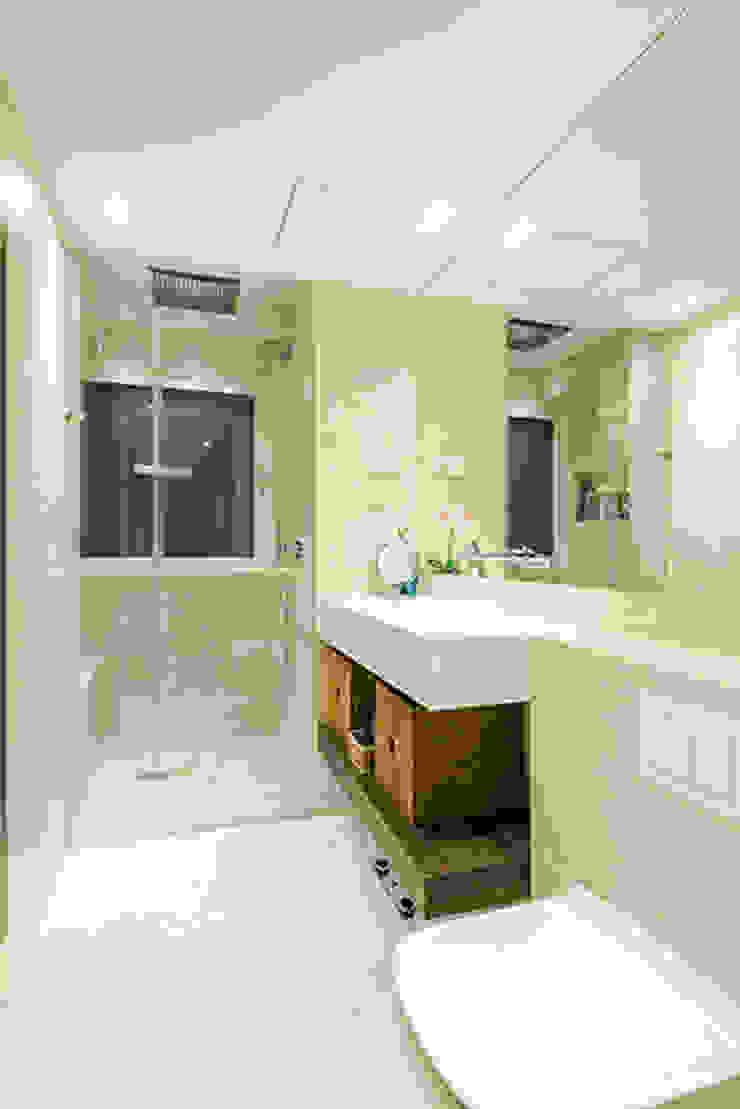 Salle de bain moderne par ETNA STUDIO Moderne Céramique