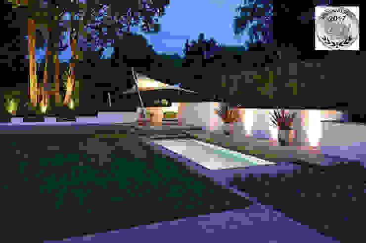 Badelounge am Abend Terramanus Landschaftsarchitektur Moderner Garten