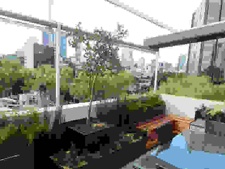 Terraza SC - La perfecta extensión de un apartamento moderno Paisaje Radical Balcones y terrazas modernos