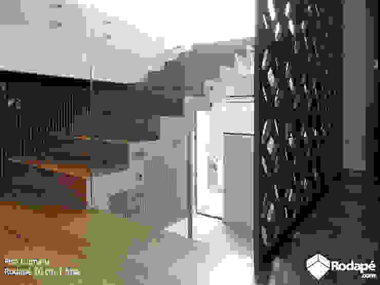 Escada e área íntima com nosso piso de madeira Quaruba por Rodapé.com Moderno Madeira Efeito de madeira