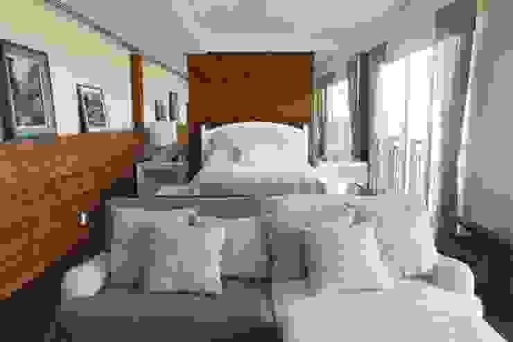 Renata Esbroglio Arquitetura Eclectic style bedroom