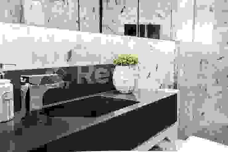 Banheiro relaxante: Banheiros  por Revisite,