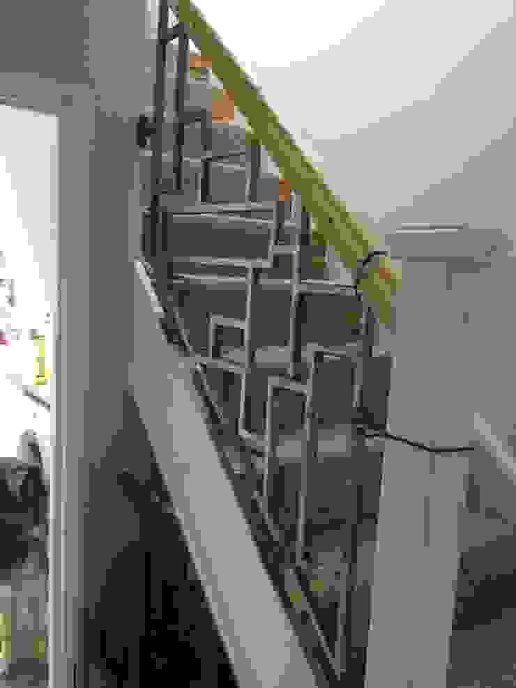 Modern staircase ZENTIA Couloir, entrée, escaliersEscaliers Métal Gris