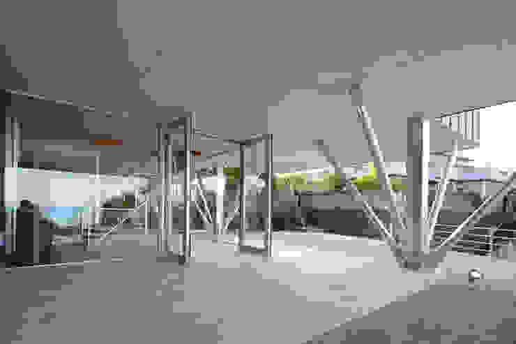 玄関ポーチ 土居建築工房 モダンスタイルの 玄関&廊下&階段 アルミニウム/亜鉛 メタリック/シルバー