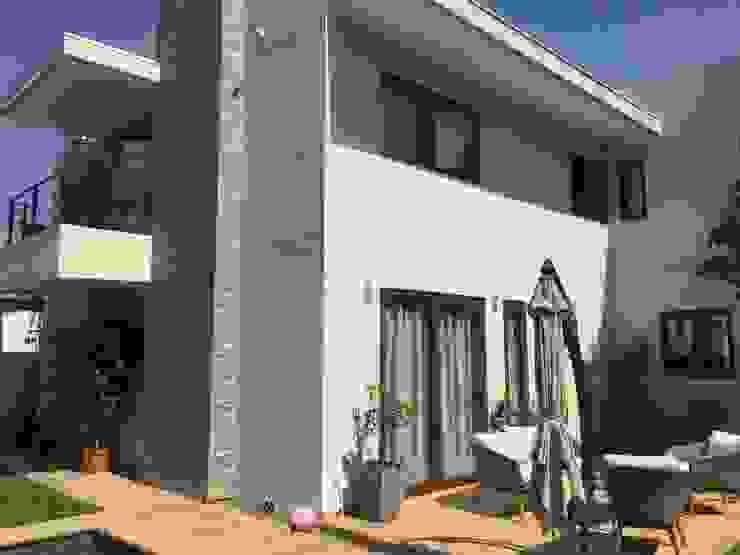 Fachada principal con terraza Arqsol Casas unifamiliares Ladrillos Blanco
