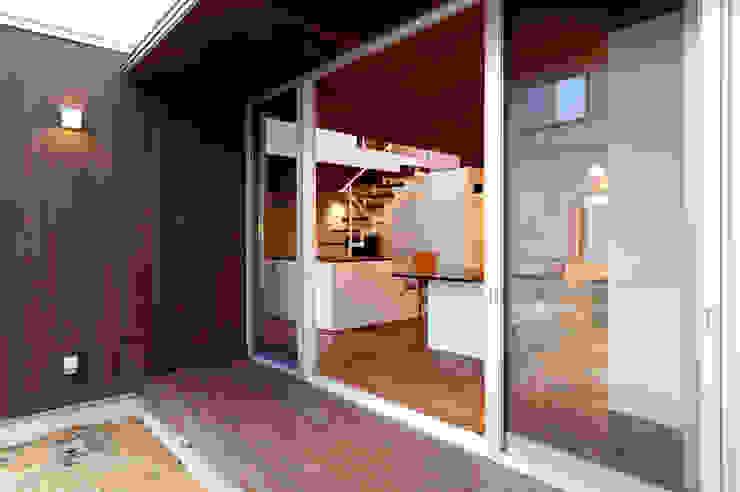 Takeru Shoji Architects.Co.,Ltd Eclectic style windows & doors