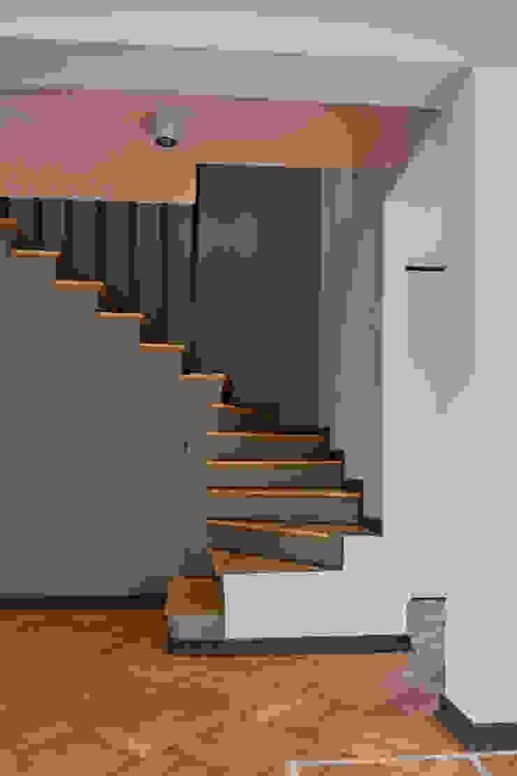 Escalera de LEON CAMPINO ARQUITECTURA SPA Moderno