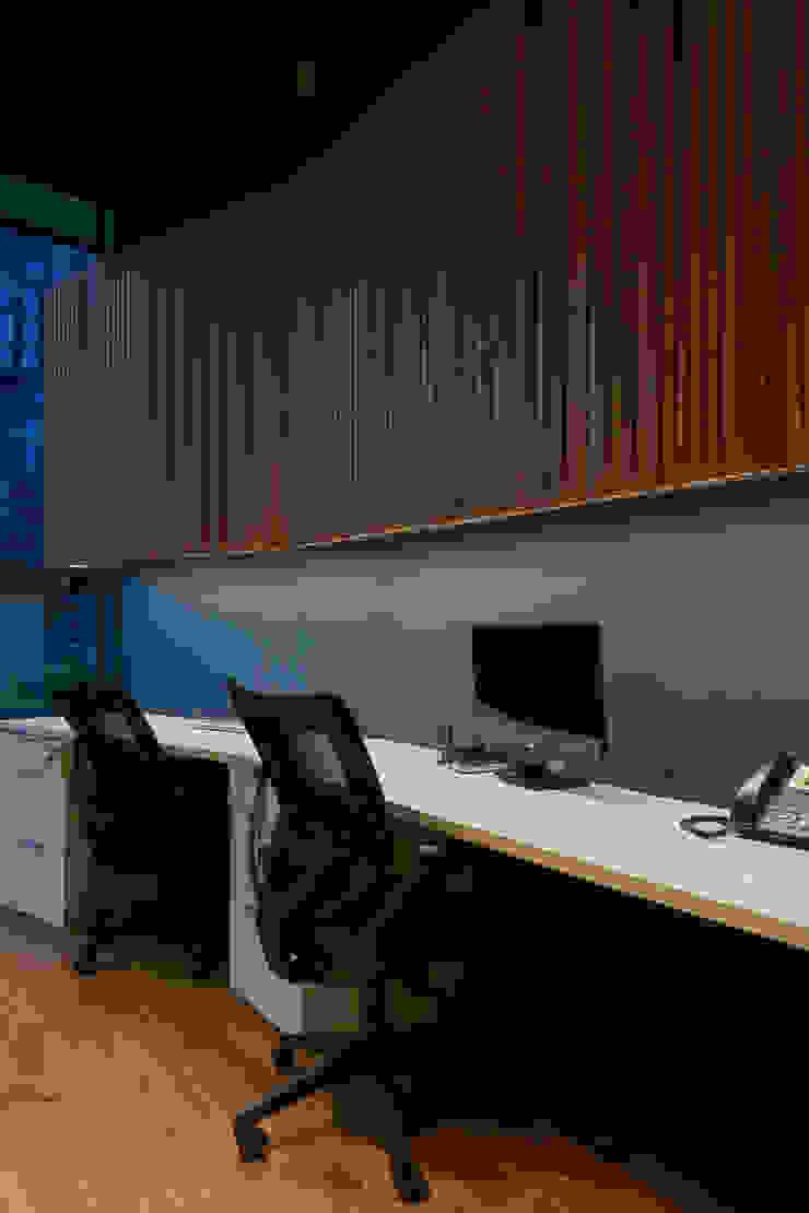 Escritorio Oficinas y bibliotecas de estilo moderno de LEON CAMPINO ARQUITECTURA SPA Moderno