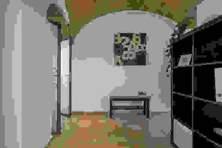 Habitat Home Staging & Photography ทางเดินในสไตล์อุตสาหกรรมห้องโถงและบันได Black
