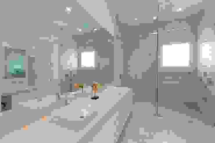 Carlos De La Rosa Modern bathroom